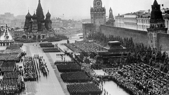 Siegesparade auf dem Roten Platz 1945