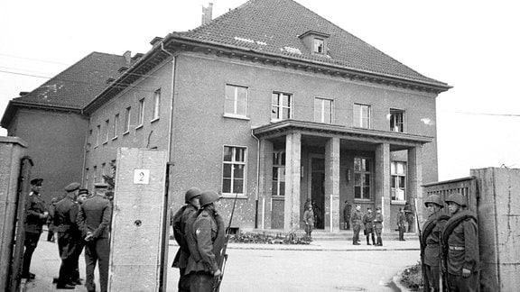 Sowjetische Soldaten vor der Pionierschule Berlin-Karlshorst SMAD