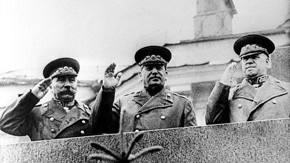 Stalin auf Lenin-Mausoleum bei Siegesparade in Moskau