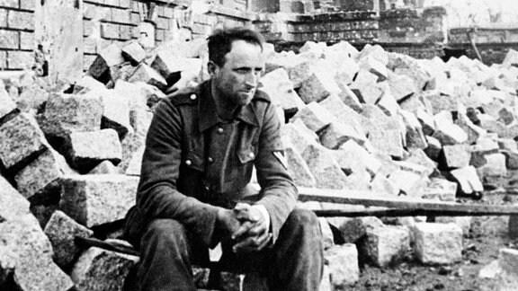 Ein Wehrmacht-Soldat vor dem Reichstag