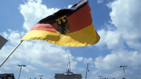 Deutschlandflagge vor dem Brandenburger Tor, 1991.