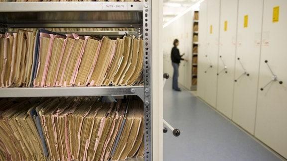 Mitarbeiterin im Stasi-Unterlagen Archiv im Haus der Bundesbeauftragten für die Unterlagen der Staatssicherheit der DDR in der Normannenstraße in Berlin.