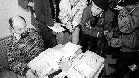Erster Tag der offiziellen Einsichtnahme von Stasi-Akten. Hier sieht man Bürgerrechtler Rainer Eppelmann (Deutschland/CDU) am 2. Januar 1991 in der Gauck-Behörde in Berlin.