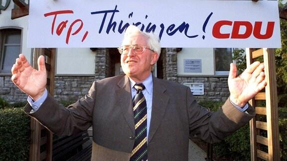 Bernhard Vogel (CDU/Ministerpräsident Thüringen) vor einem Schild mit dem Schriftzug - Top, Thüringen! CDU
