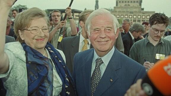 Der sächsische Ministerpräsident Kurt Biedenkopf (CDU) und seiner Frau Ingried nach seiner Wiederwahl bei der Landtagswahl in Sachsen am Sonntag (19.09.1999) auf dem Weg in den Sächsischen Landtag, im Hintergrund die Semperoper.