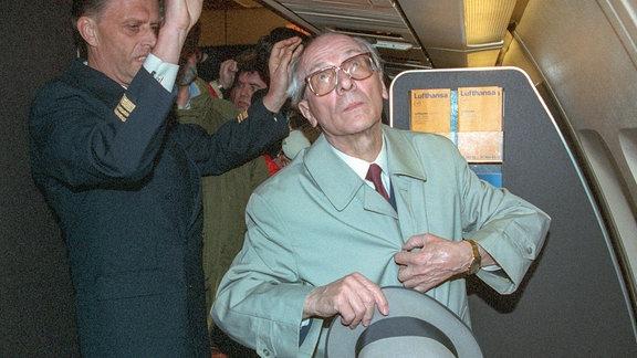 Haftbefehl aufgehoben - Honecker auf dem Weg nach Chile