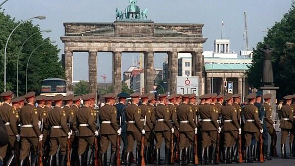 Russische Soldaten marschieren am 31. August 1994 in Berlin über die Straße des 17. Juni zum Brandenburger Tor.