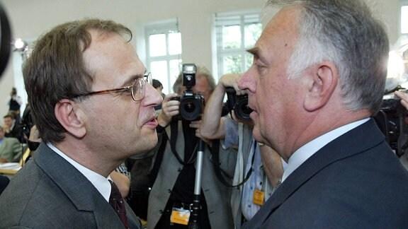Wolfgang Böhmer (CDU), rechts, erhält erste Glückwünsche nach der Wahl zum neuen Ministerpäsidenten von seinem Vorgänger, Reinhard Höppner (SPD), links, im Landtag von Sachsen-Anhalt in Magdeburg am Donnerstag, 16. Mai 2002.