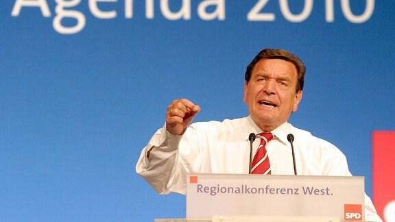 Bundeskanzler Gerhard Schröder hält eine Rede anlässlich der Regionalkonferenz West zur Agenda 2010 in Bonn