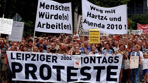 Weg mit Hartz4 und Agenda 2010 - Demonstranten protestieren gegen die geplante Umsetzung der Arbeitsmarktreformen auf der Montagsdemo in Leipzig