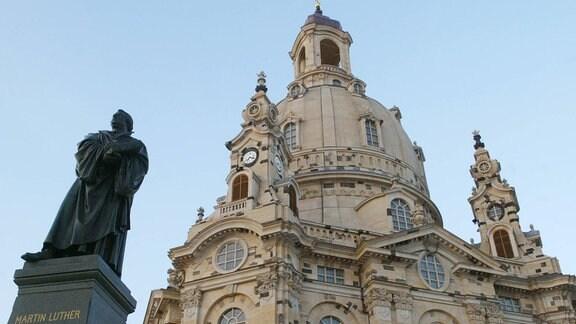 Die Frauenkirche und das Martin Luther Denkmal in Dresden.