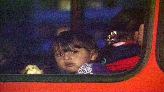 Migrantin (Kind) in Bus
