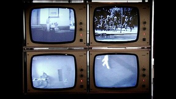Vier Bildschirme