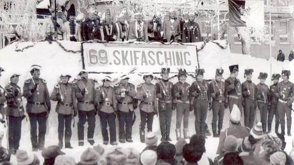 Parade beim Skifasching.