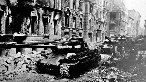 Sowjetische Stalin-Panzer im Kampf um Berlin