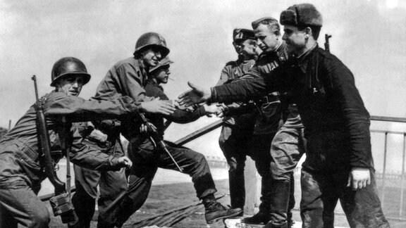 An der Elbe bei Torgau begegnen sich am 25 April 1945 sowjetische und US Soldaten