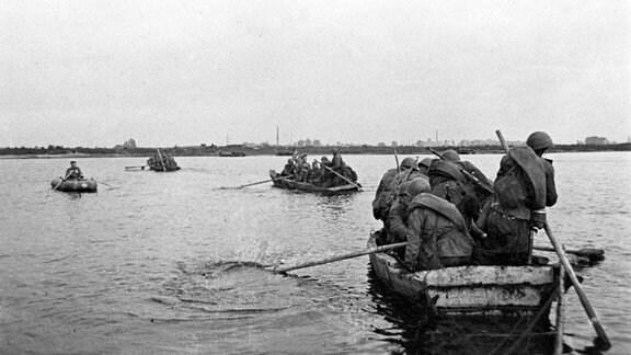 Sowjetische Truppen setzen im Januar 1945 in Booten über die Weichsel über.