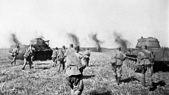 Sowjetischer Angriff mit T 34/76-Panzern in der Region von Kursk