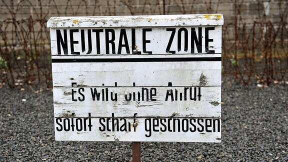 Ein Warnschild am Elektrozaun im ehemaligen KZ Sachsenhausen