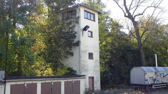 Ein Wachturm auf dem auf dem ehemaligen Stasi-Gelände.