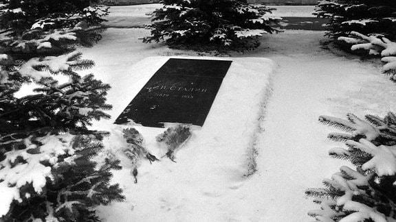 Blumensträuße an Stalins Grab im Schnee, 1964