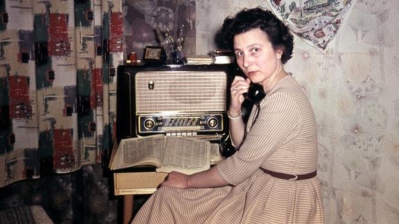 Frau beim Telefonieren DDR, ca. 1960.