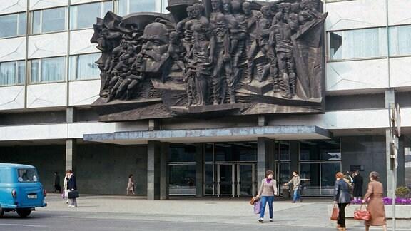 Das Bronzerelief Aufbruch am Eingang der Universität Leipzig