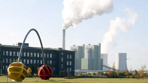 Rauch über dem Schornstein der - Dow Olefinverbund GmbH Schkopau