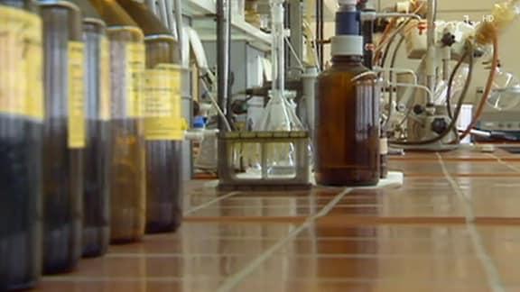 Glasflaschen und Glaskolben in einem Labor
