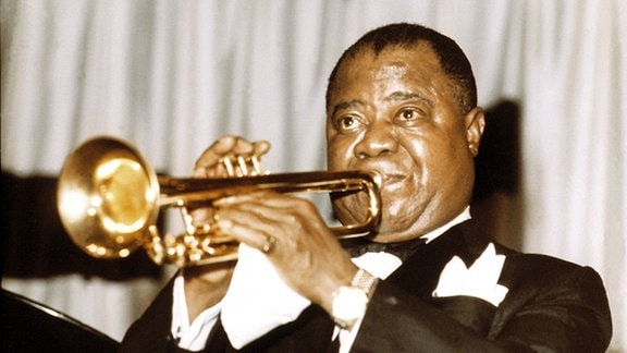 Louis Armstrong mit Trompete.