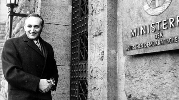 Egon Bahr, SPD-Staatssekretär im Bundeskanzleramt, vor seinem zweiten Treffen mit dem DDR-Staatssekretär M. Kohl am 23. Dezember 1970 in Ost-Berlin vor dem Gebäude des DDR-Ministerrats.