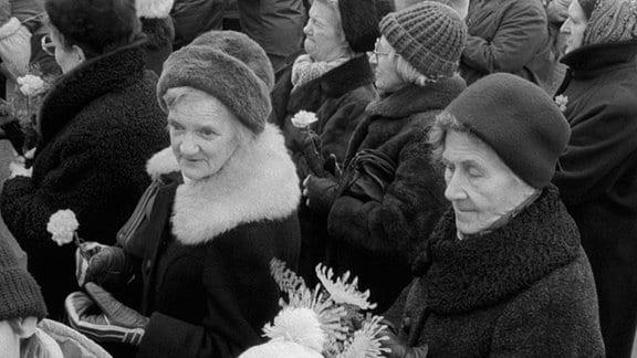 Frauen und Familien mit Kindern bei einer Veranstaltung am 08.03.1988 am Internationalen Frauentag am Thälmanndenkmal im gleichnamigen Park im Stadbezirk Berlin Prenzlauer Berg.