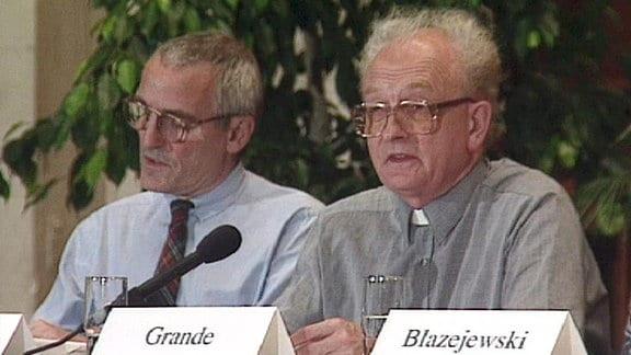 Herr Grande und Herr Blazezewski sitzen nebeneinander