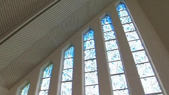 Einblick in eine Moderne Kirche mit blauen Glasmalereien