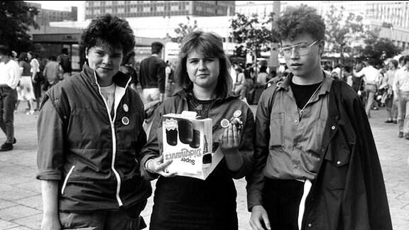 Jugendliche mit einer Packung Schokoküsse.