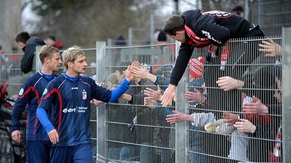 Tom BERTRAM ( Rot-Weiss Erfurt ) rechts, und Marco ENGELHARDT ( Rot-Weiss Erfurt ) links, bedanken sich bei den Fans.