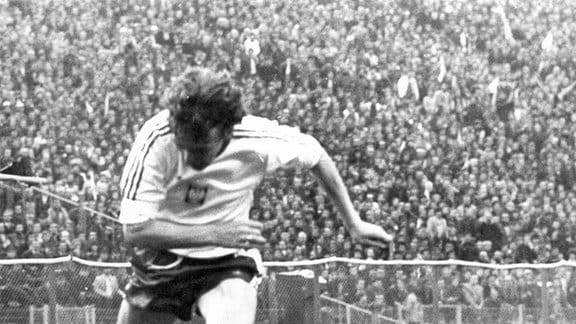 DDR-Mittelfeldspieler Lutz Lindemann (unten) versucht den polnischen Mittelfeldakteur Zbigniew Boniek vom Ball zu trennen. Die DDR-Fußballnationalmannschaft erreicht im Länderspiel gegen Polen am 26.09.1979 vor 70.000 Zuschauern im Slaski-Stadion in Chorzow (Königshütte) ein 1:1.