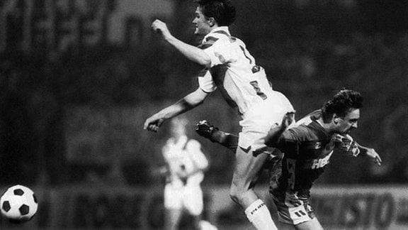 Der Groninger Harris Huizingh (r) im Zweikampf gegen den Erfurter Thomas Linke beim UEFA-Cup-Spiel (1. Runde, Hinspiel)  des FC Groningen gegen den FC Rot-Weiß Erfurt am 18.09.1991 in Groningen in den Niederlanden. Die Begegnung endete überraschend mit einem 0:1 für die Zweitligisten aus Thüringen.