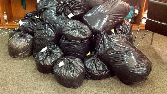 Ein Haufen schwarzer Plastiksäcke.