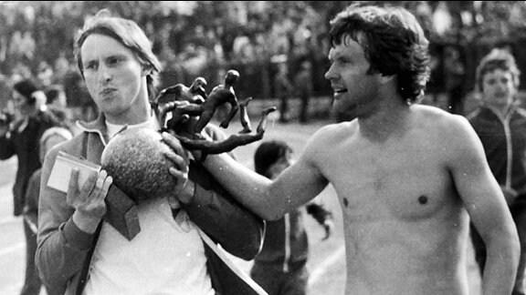 Konrad Weise mit Uli Oevermann beim Pokalsieg 1980