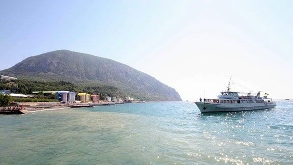 Ein Schiff legt in Yalta (Ukraine) an