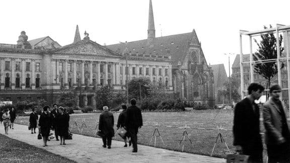 Die Universität Leipzig, von 1953 bis Februar 1991 Karl-Marx-Universität Leipzig, mit Paulinerkirche und Augusteum, aufgenommen im Mai 1968.