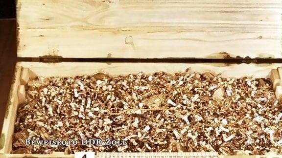 eine Kiste mit beschlagnahmtem Goldschmuck