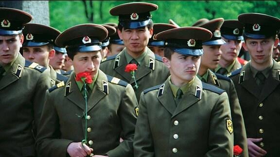 Soldaten mit roten Nelken
