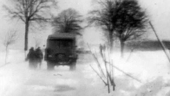 Die NVA im Winter 1968 beim Räumen einer Straße auf Rügen