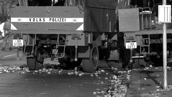 Am Rande einer zunächst friedlich verlaufenden Antifa-Demonstration im Ostberliner Bezirk Lichtenberg kam es zu gewalttätigen Ausschreitungen, aufgenommen am 23.06.1990. Die Straße ist von Pflastersteinen, die von den Demonstranten als Wurfgeschosse gegen die Polizei eingesetzt wurden, übersät.