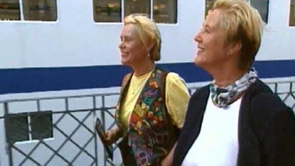 Zwei Frauen neben einem Schiff