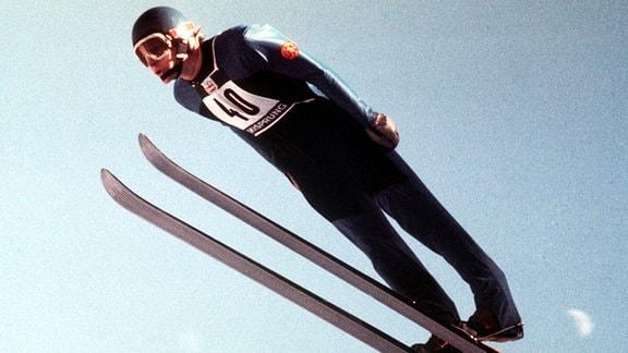 Skispringer Hans-Georg Aschenbach holt bei den olympischen Winterspielen 1976 in Innsbruck die Goldmedaille.