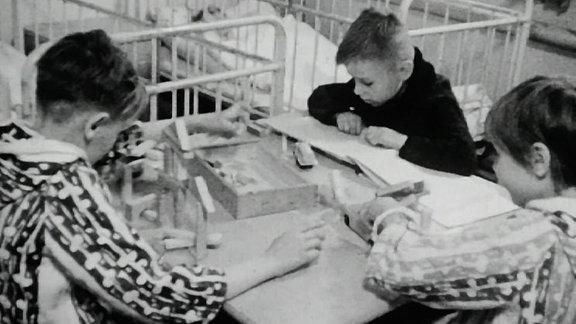 Alte Schwarzweißaufnahme: Kinder im Nachtsanatorium