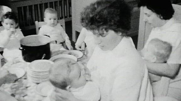 Alte Schwarzweißaufnahme: Kinderkrippe